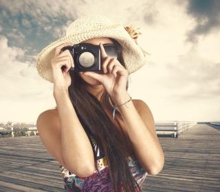 Cute Photographer In Straw Hat - Obrázkek zdarma pro 208x208