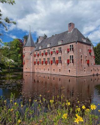 Oude Loo Castle in Apeldoorn in Netherlands - Obrázkek zdarma pro 128x160