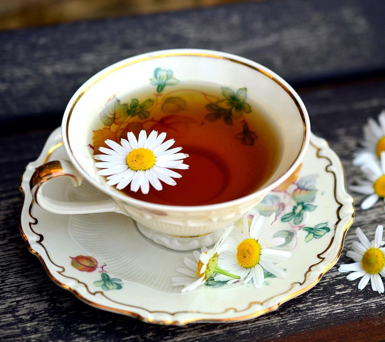Чашка с ароматным ромашковым чаем facebook