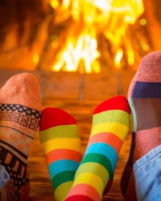 Happy family near fireplace - Obrázkek zdarma pro 128x160