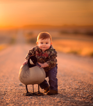 Funny Child With Duck - Obrázkek zdarma pro Nokia 5233