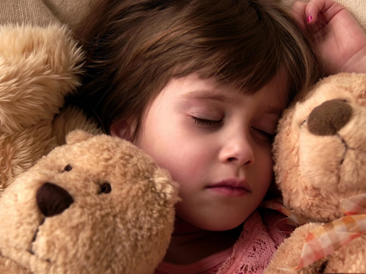 Ребенок и игрушка фото