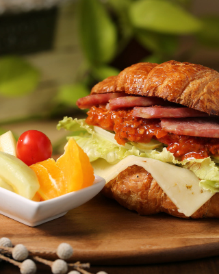 Croissant with ham - Obrázkek zdarma pro iPhone 4
