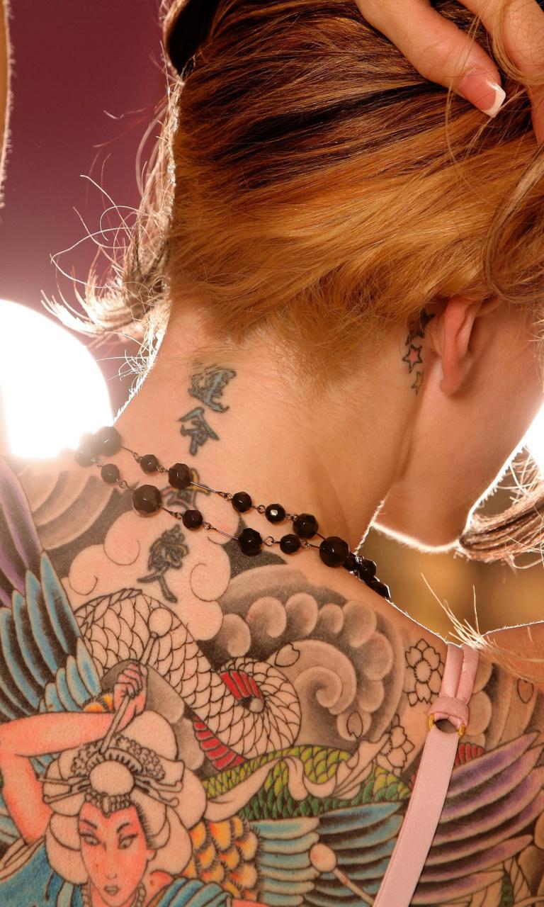 Фото девушки спиной с татуировкой
