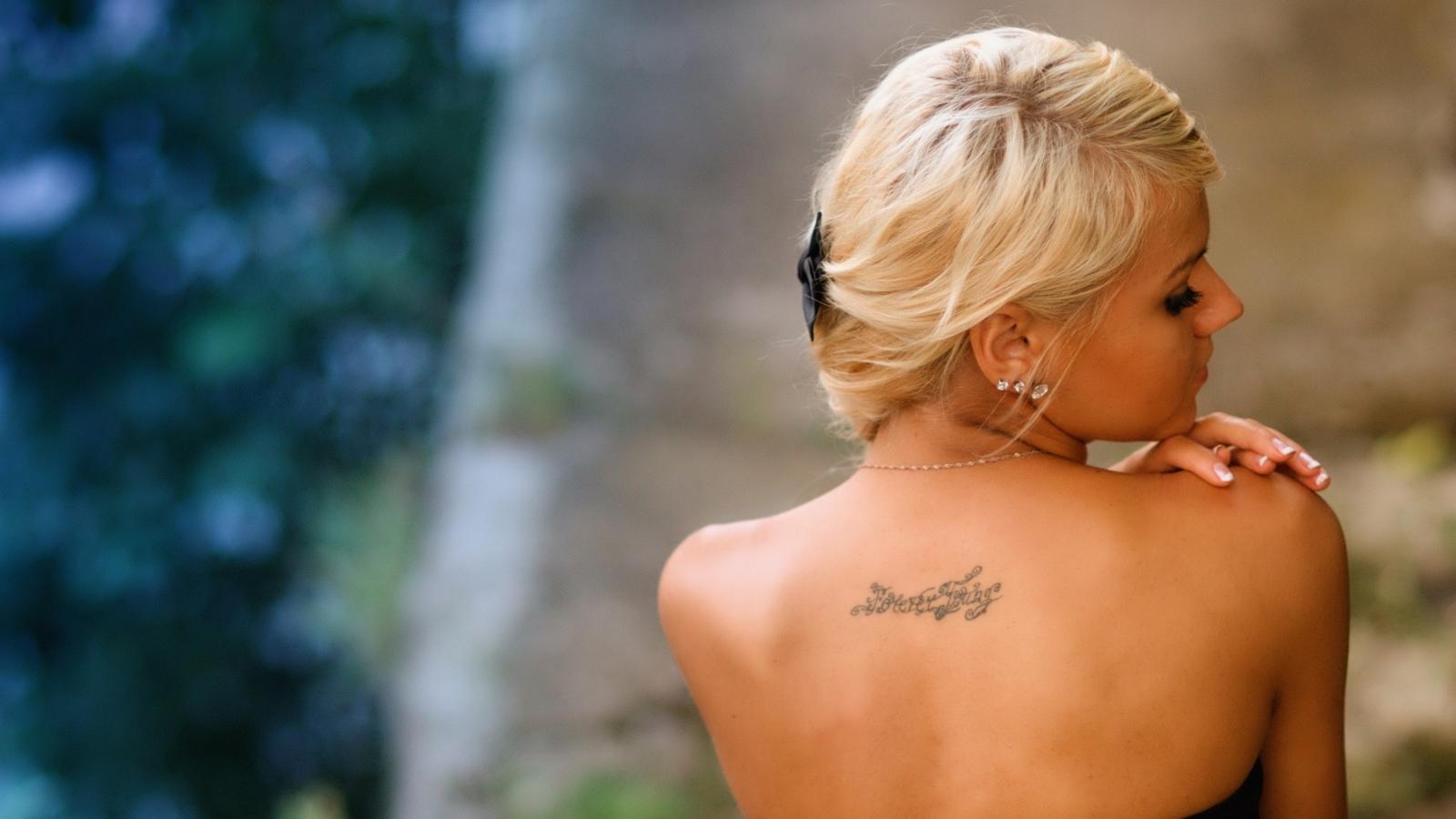 Фото со спины девушек с татуировками