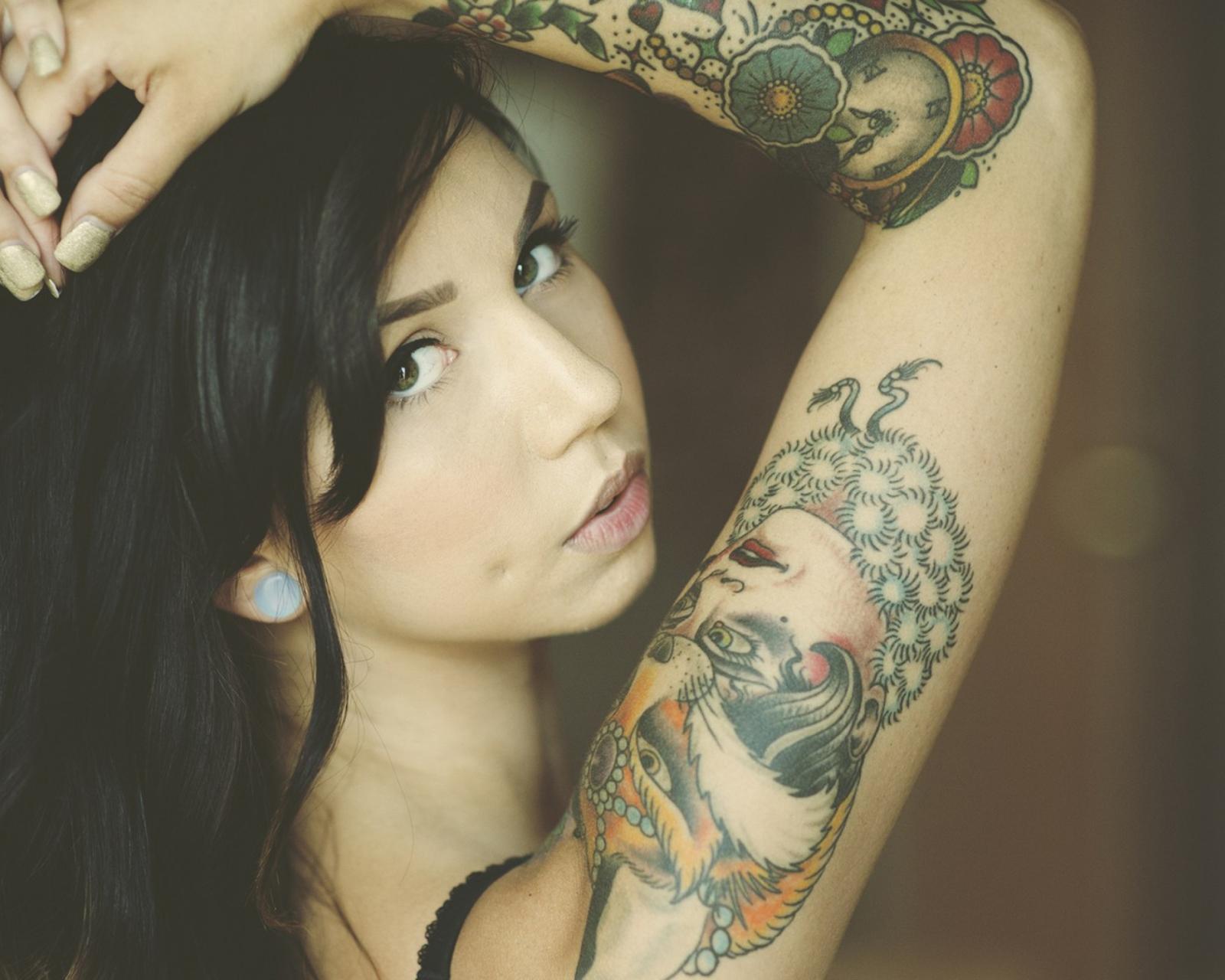 Татуировка на фото андроид