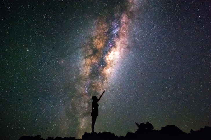 Girl silhouette on night sky background wallpaper