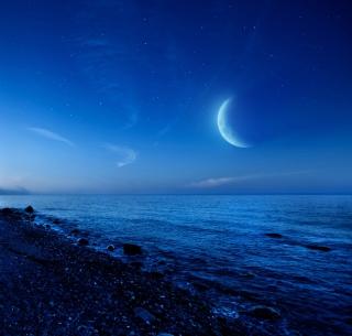 Moon On Gravel Beach - Obrázkek zdarma pro iPad