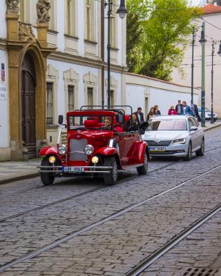 Prague Retro Car - Obrázkek zdarma pro 360x400