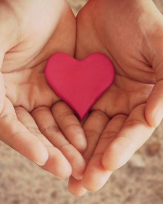 Pink Heart In Hands - Obrázkek zdarma pro iPhone 6 Plus