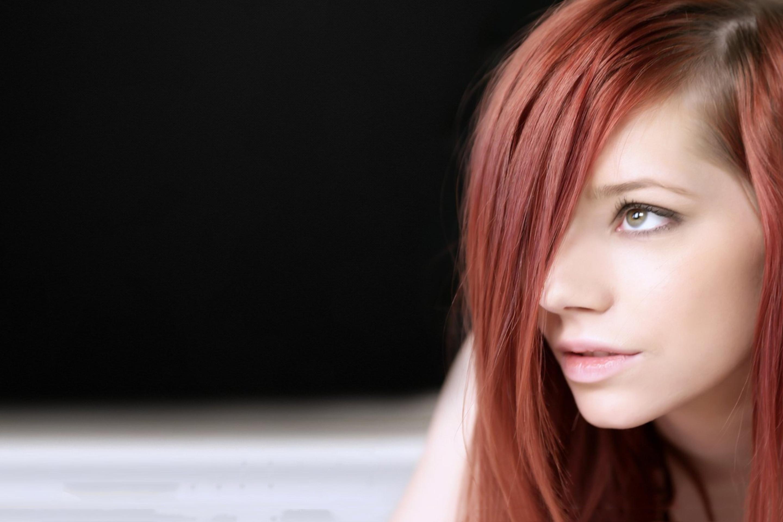 задумчивая девушка с огненно-рыжими волосами  № 1947104 без смс