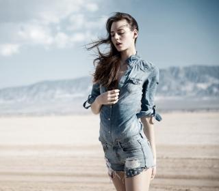 Brunette Model In Jeans Shirt - Obrázkek zdarma pro iPad Air