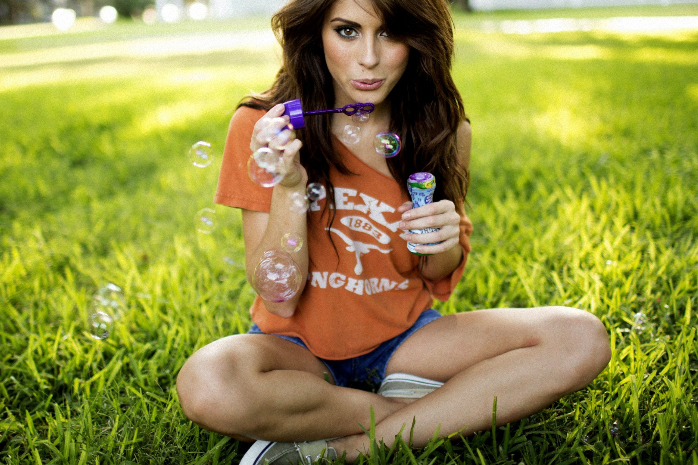 милая девочка с мыльными пузырями  № 1823216 бесплатно