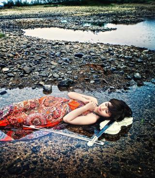 Asian Girl And Violin - Obrázkek zdarma pro Nokia X2-02