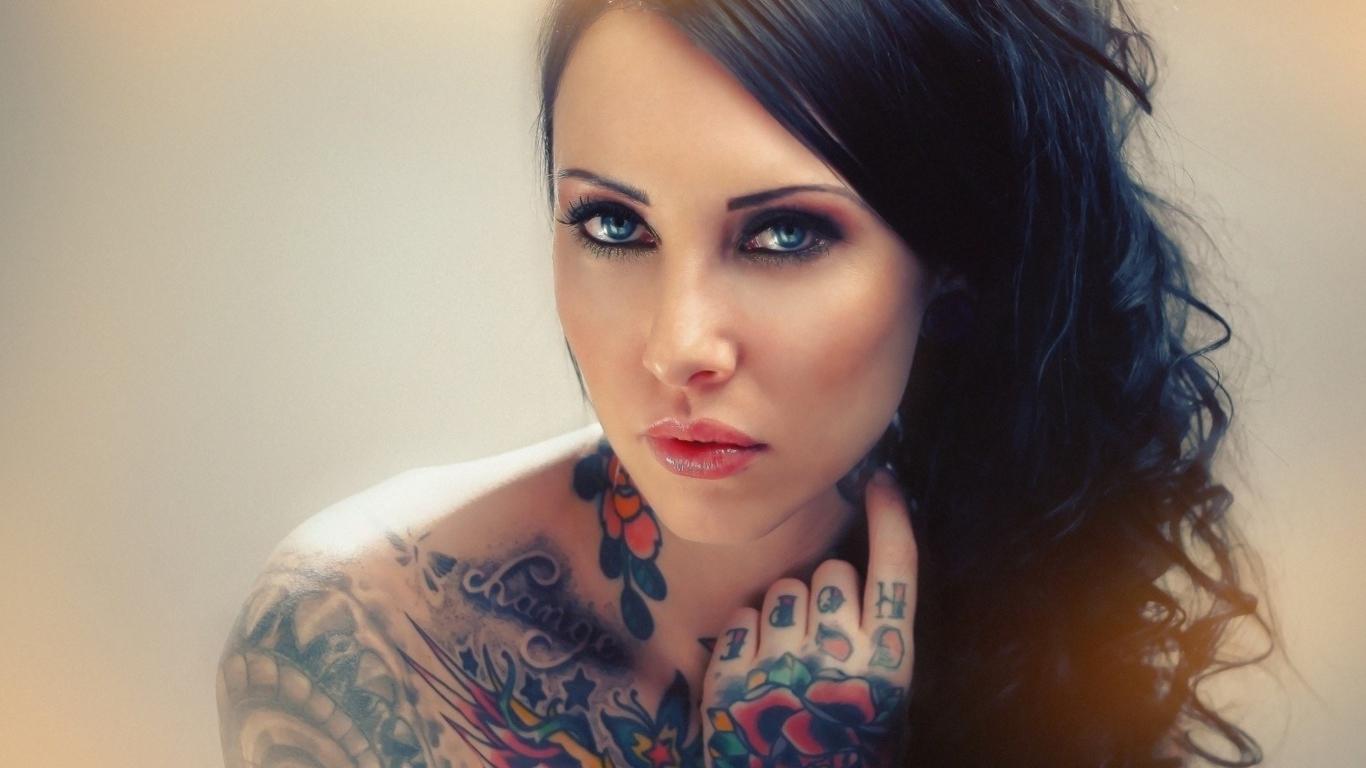 Фото красивых девушек с татуировкой на руке
