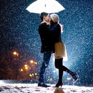 Kissing under snow - Obrázkek zdarma pro 1024x1024