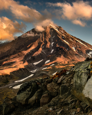 Koryaksky Volcano on Kamchatka - Obrázkek zdarma pro 320x480