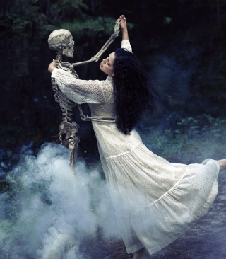 Girl Dancing With Skeleton - Obrázkek zdarma pro 128x160