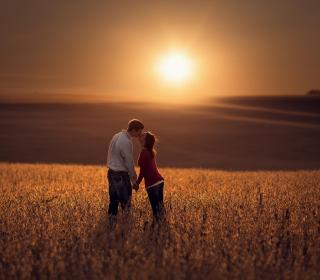 Couple Kissing In Field - Obrázkek zdarma pro 1024x1024