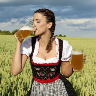 Girl likes Bavarian Weissbier - Obrázkek zdarma pro 320x320