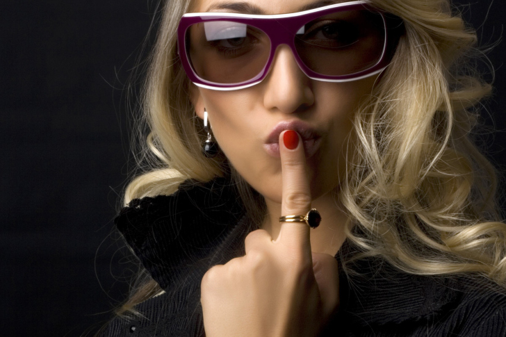 Girl in Fashion Sunglasses wallpaper