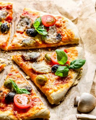 Pizza with olives - Obrázkek zdarma pro Nokia C1-01