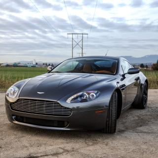 Aston Martin V8 Vantage - Obrázkek zdarma pro iPad