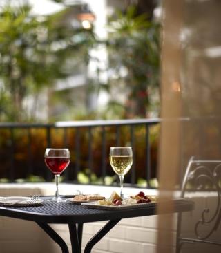 Lunch With Wine On Terrace - Obrázkek zdarma pro Nokia C1-01