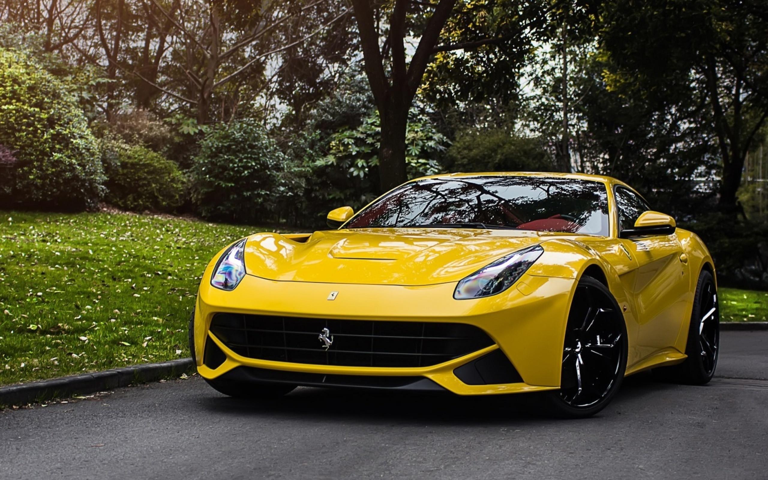 желтый спортивный автомобиль Ferrari F12 Berlinetta Wheelsandmore  № 1564354 загрузить