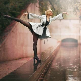 Ballerina Dance in Rain - Obrázkek zdarma pro iPad mini 2