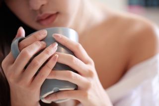 Cup Of Tea In Girl's Hands - Obrázkek zdarma pro Samsung B7510 Galaxy Pro