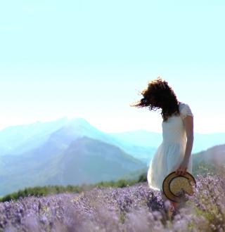 Girl In Lavender Field - Obrázkek zdarma pro 208x208