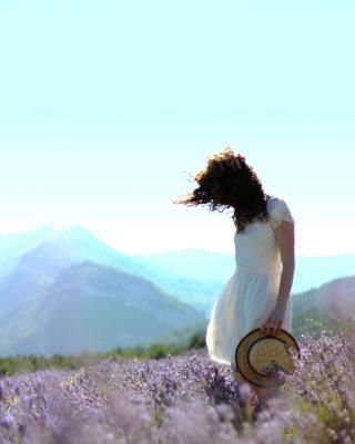 Girl In Lavender Field - Obrázkek zdarma pro 128x160