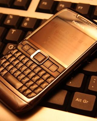 Nokia E71 on Computer Keyboard - Obrázkek zdarma pro iPhone 6
