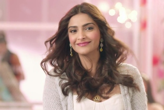 Free Sonam Kapoor in Khoobsurat Picture for Android, iPhone and iPad