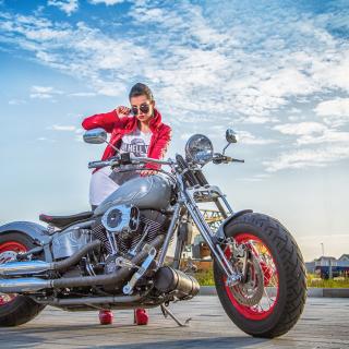 Harley Davidson with Cute Girl - Obrázkek zdarma pro iPad Air