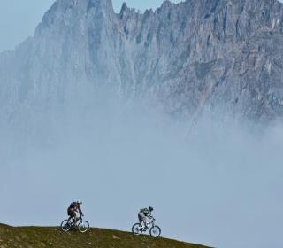 Bicycle Riding In Alps Mountains - Obrázkek zdarma pro iPad mini 2