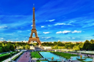 Eiffel Tower on Champ de Mars Greenspace sfondi gratuiti per cellulari Android, iPhone, iPad e desktop