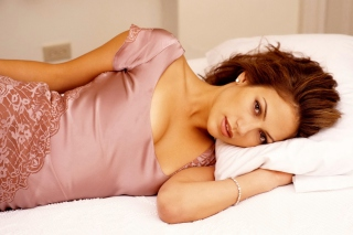 Jennifer Lopez In The Bed - Obrázkek zdarma pro Sony Xperia Z