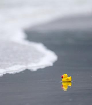 Yellow Rubber Duck At Beach - Obrázkek zdarma pro Nokia 5233