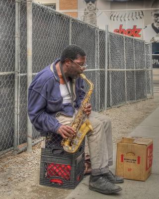 Jazz saxophonist Street Musician - Obrázkek zdarma pro Nokia Asha 502