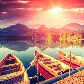 Colored boats near pier - Obrázkek zdarma pro iPad Air