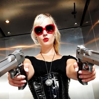 Blonde girl with pistols - Obrázkek zdarma pro 128x128