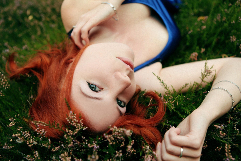 задумчивая девушка с огненно-рыжими волосами  № 1947112 без смс