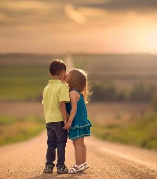 Cute Kids Kiss - Obrázkek zdarma pro 352x416