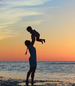 Mother And Child On Beach - Obrázkek zdarma pro Nokia Asha 303