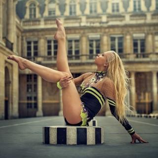 Gymnast Girl in Paris - Obrázkek zdarma pro 320x320