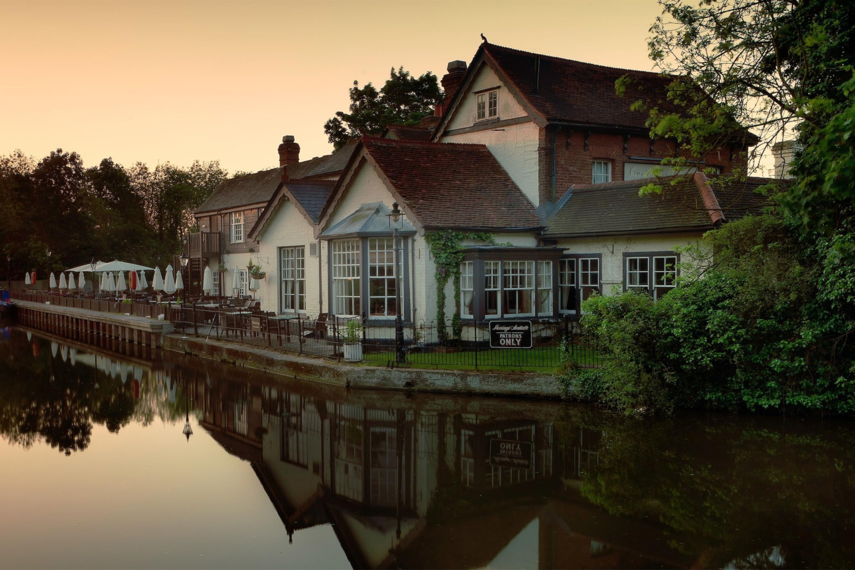 Озерцо возле дома, Англия  № 1486927 бесплатно