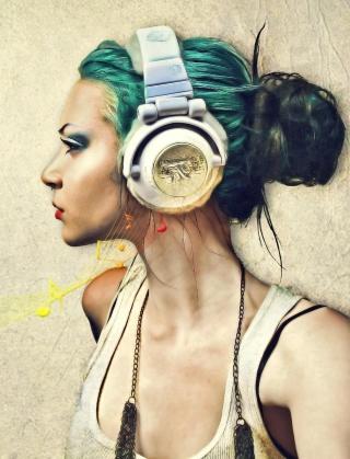 Girl With Headphones Artistic Portrait - Obrázkek zdarma pro Nokia Asha 300