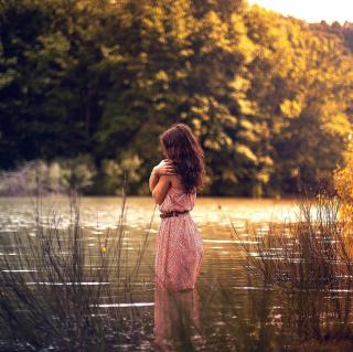Girl In Summer Dress In River - Obrázkek zdarma pro iPad 3